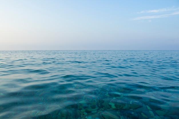 Mer au coucher du soleil et au lever du soleil. paysage marin. focus étroit