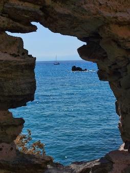 La mer au-delà des rochers