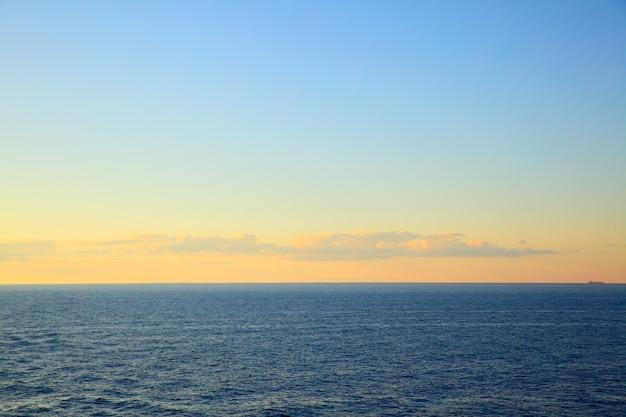 Mer baltique au coucher du soleil - paysage marin avec horizon marin