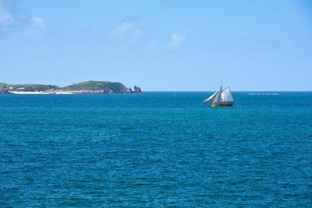 Mer bleu vif et un yacht en bretagne, france