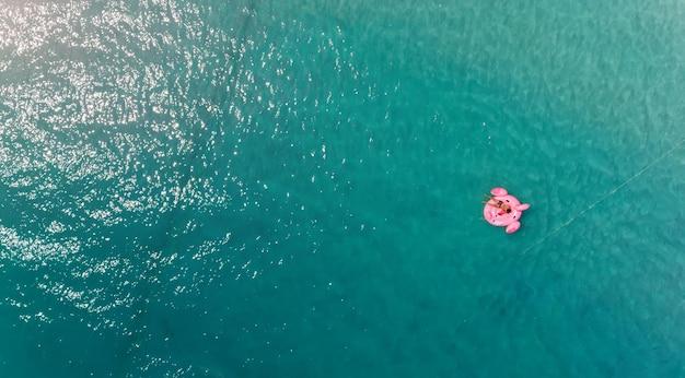 La mer bleue et la bouée de natation avec éclairage solaire.