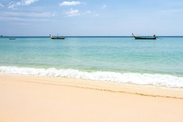 Mer bleue ciel et vagues surface douce de l'océan bleu sur la plage de sable fin jour d'été