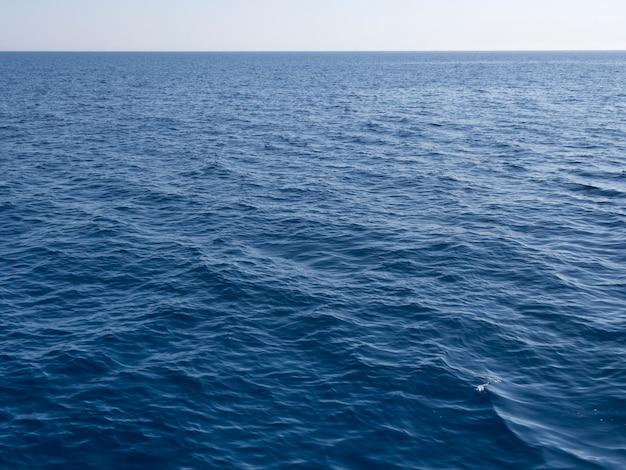Mer bleue claire avec ligne d'horizon lointaine