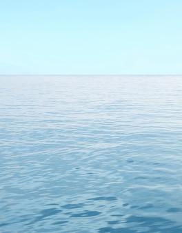 Mer bleue avec des vagues et ciel bleu clair
