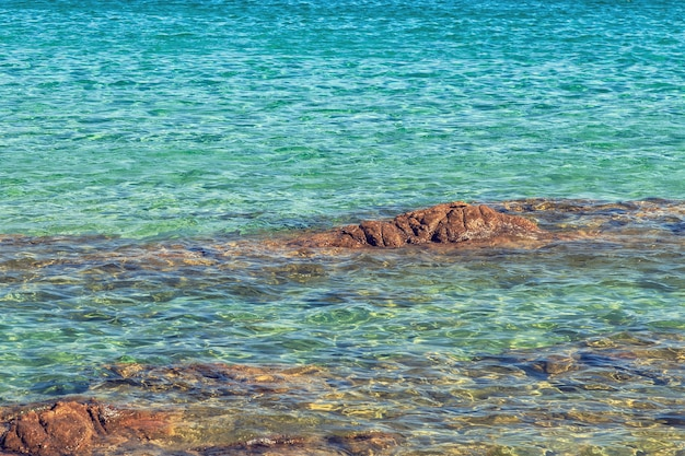 Mer bleue avec des vagues.