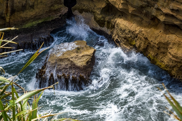 Mer bouillante près des rochers pancake à punakaiki en nouvelle-zélande