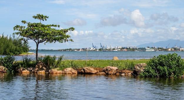 Mer calme avec un brise-lames naturel et un port en arrière-plan à porto rico