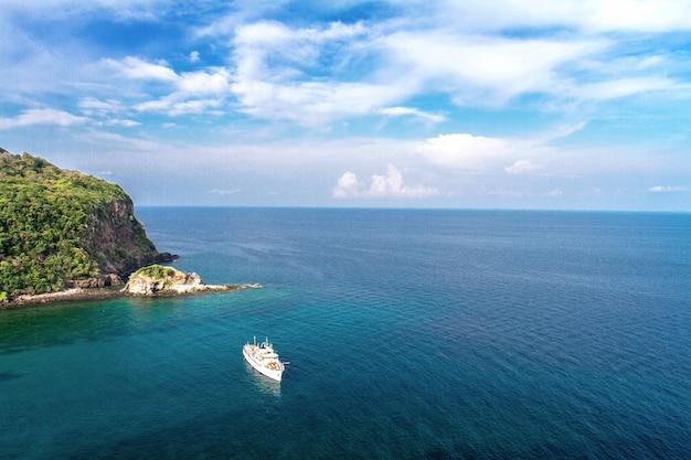 Mer calme et ciel bleu avec un ciel clair et clair en vacances en été, la mer d'andaman, koh lanta, krabi, thaïlande