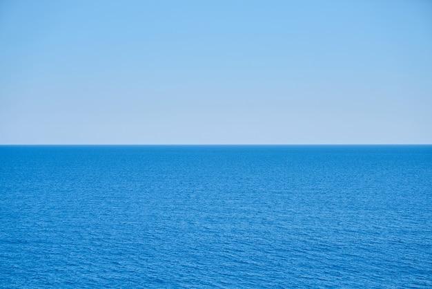 Mer calme et le ciel bleu