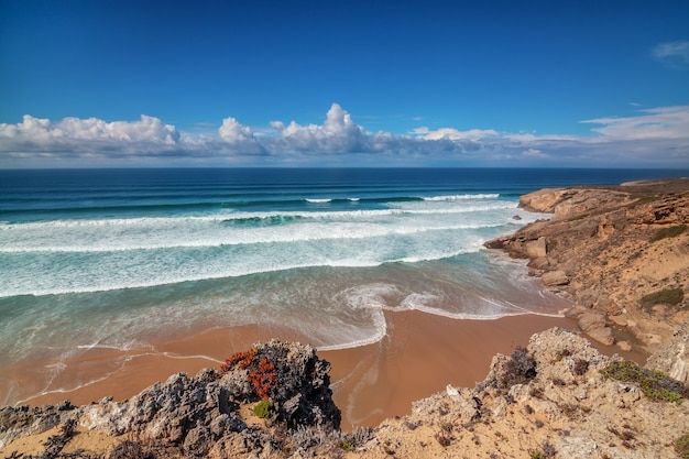 Mer calme et propre avec des vagues sur la costa vicentina sagres. algarve portugal.