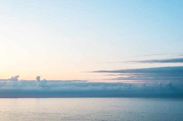 Mer et ciel bleu calme.