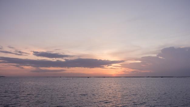 La mer et le ciel rose la nuit