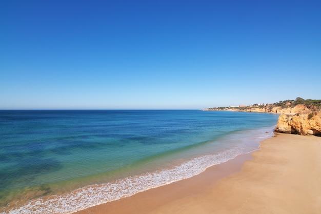 Mer claire un jour d'été. le portugal.