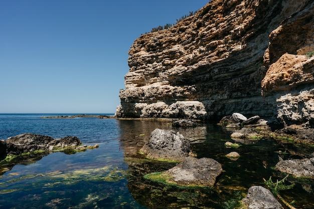 Mer côte rocheuse au soleil couchant