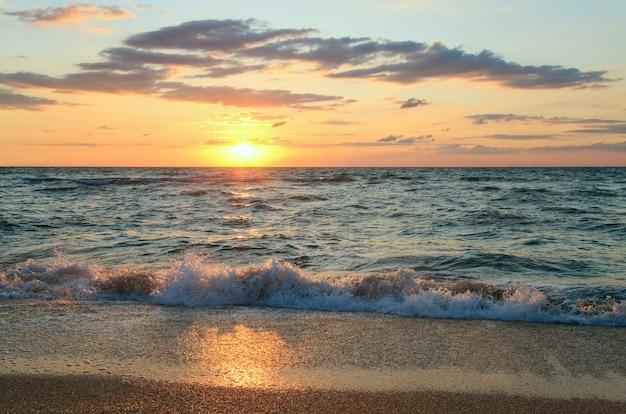 Mer coucher de soleil surf grande vague sur la côte sablonneuse