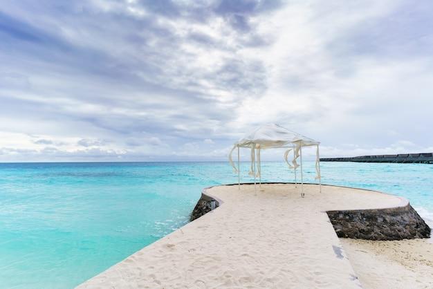 Mer cristalline turquoise de beaux paysages de l'île tropicale des maldives