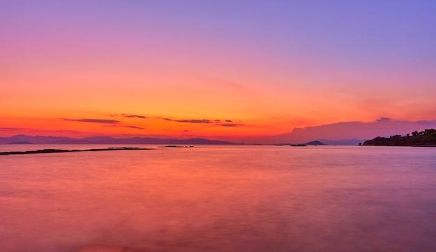 Mer égée sur l'île d'égine au crépuscule, grèce - paysage coucher de soleil - paysage marin. longue exposition, l'eau est brouillée par le mouvement