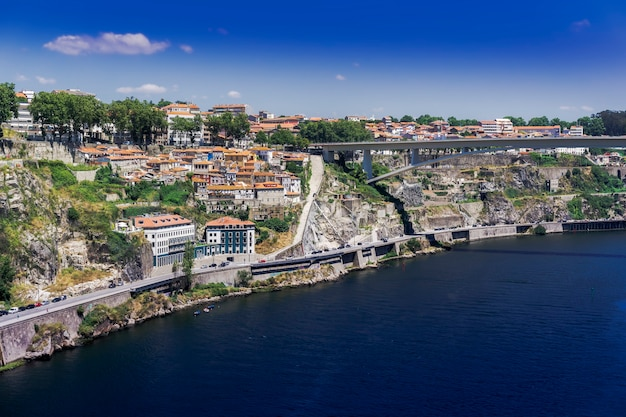Mer entourée de bâtiments et de verdure à porto sous la lumière du soleil au portugal