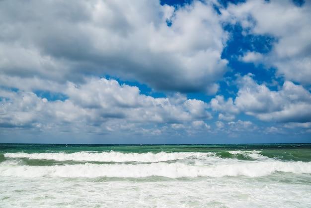 La mer est orageuse avec des vagues mousseuses