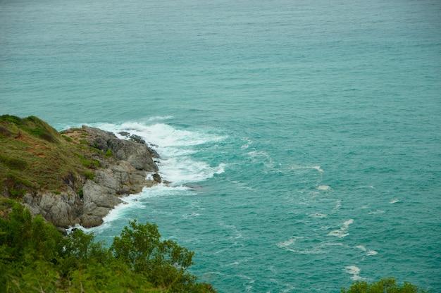 La mer frappe la côte