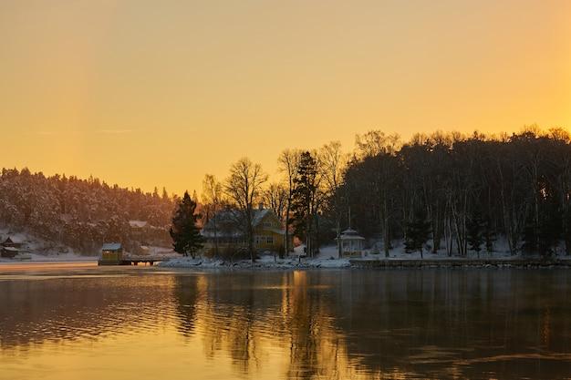 Mer gelée au coucher du soleil dans l'archipel près de turku en finlande. copiez l'espace.