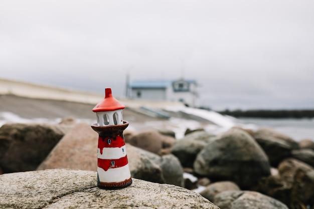 Mer d'hiver gelée avec phare décoratif