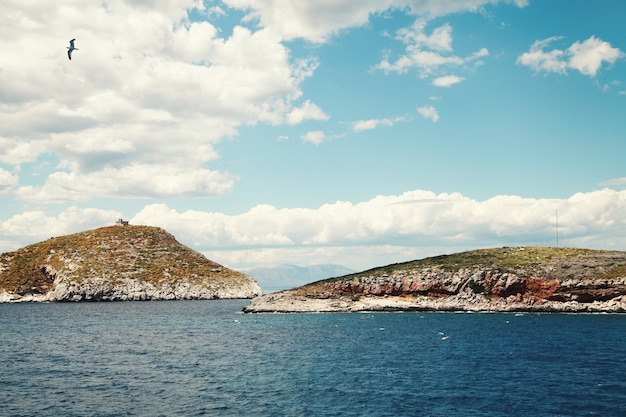 Mer méditerranée. eau claire et bleu foncé. paysage de grèce.
