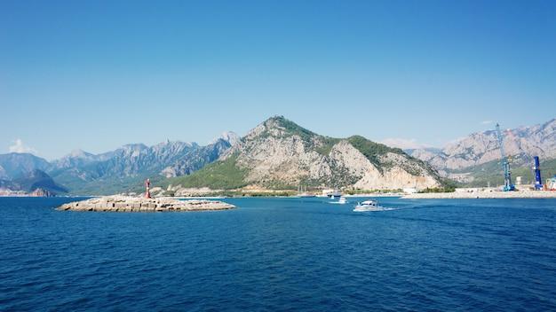 Mer méditerranée et montagnes, port d'antalya, turquie