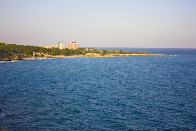 Mer méditerranée et paysage de montagne à antalya en turquie