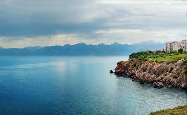 Mer méditerranée et paysage de montagnes d'antalya