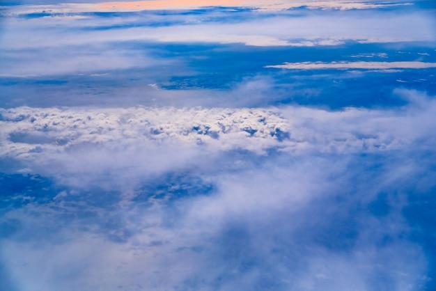 Mer de nuages bleus et blancs vus d'en haut.