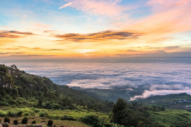 Mer de nuages en montagne au lever du soleil, phu tubberk phetchabun, thaïlande.
