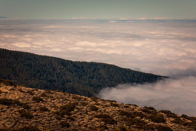 Mer de nuages sous la montagne teide à tenerife, canaries, espagne.