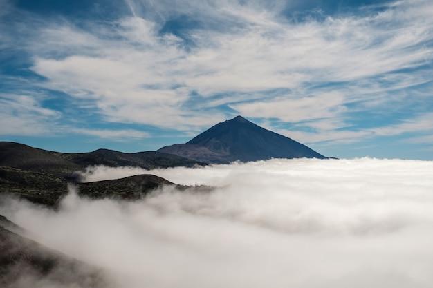 Mer de nuages avec le volcan teide