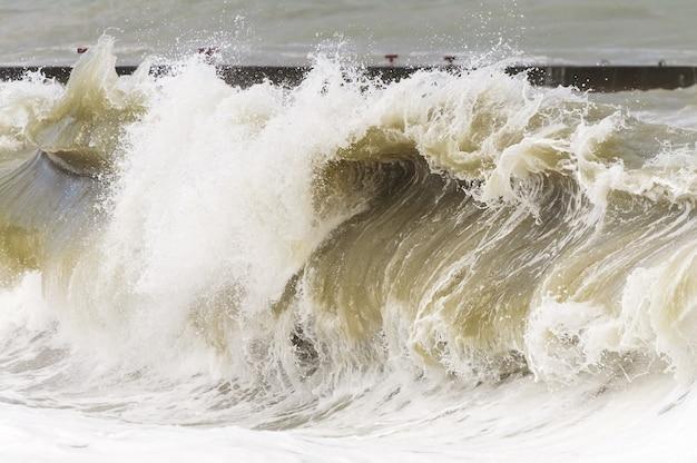 Mer orageuse. ondes de tempête élevées.