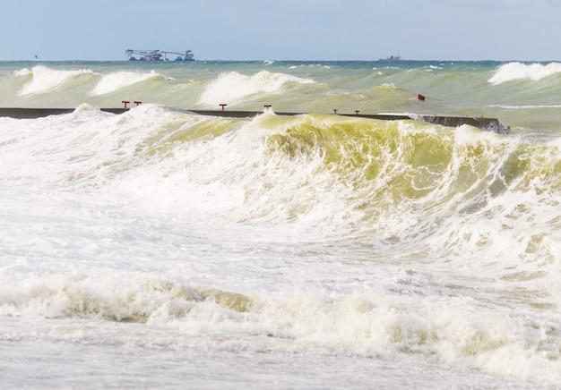 Mer Orageuse. Ondes De Tempête élevées. Photo Premium