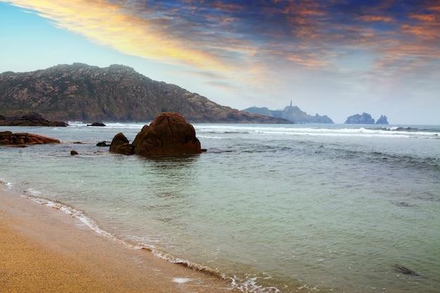 Mer près de la côte des falaises