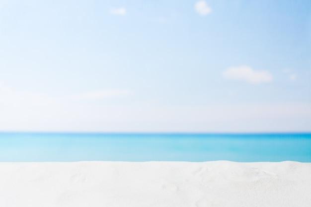 Mer et sable blanc sur la plage tropicale vide, fond d'été