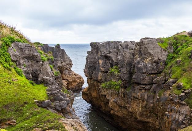 Sur la mer de tasman, le parc national de paparoa, île du sud, nouvelle-zélande