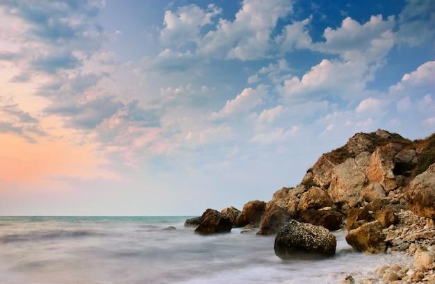 Mer tranquille après le coucher du soleil