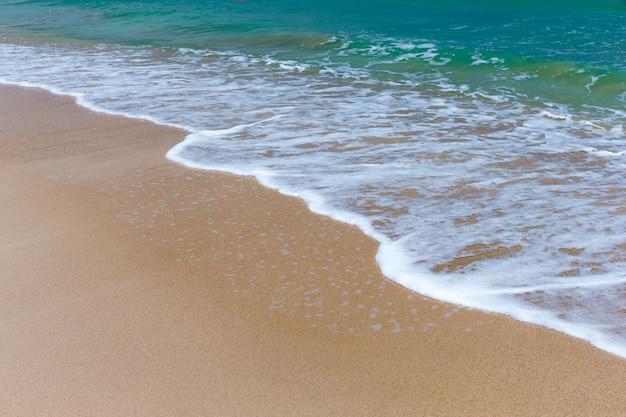 Mer tropicale, bord de mer avec vagues