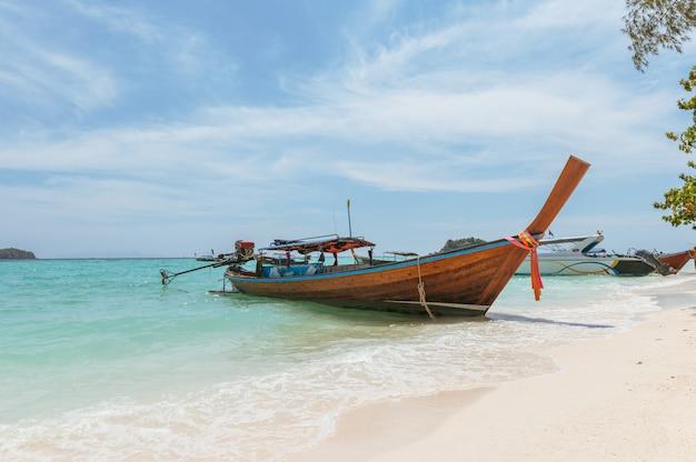 Mer tropicale cristalline avec bateau en bois à lipe