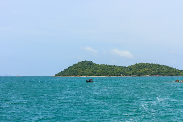 Mer tropicale et paysage insulaire
