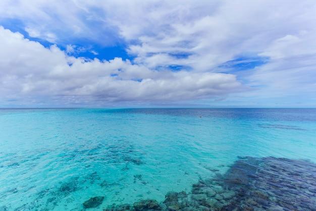 Mer turquoise cristalline dans une belle journée sur l'île tropicale des maldives