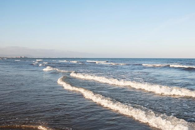 Mer avec vagues et ciel bleu
