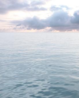 Mer avec des vagues et ciel nuageux