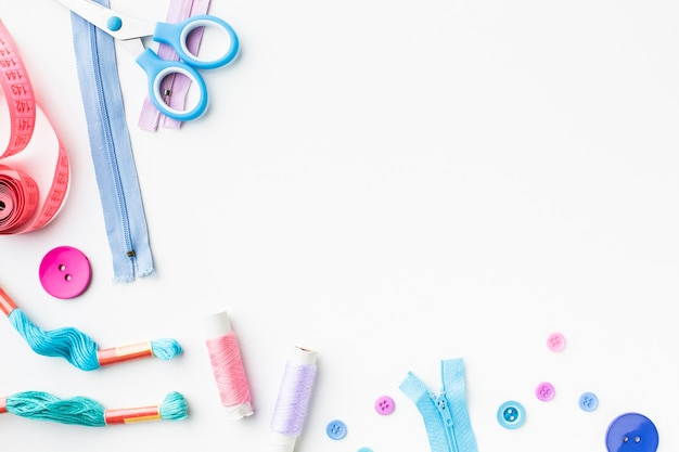 Mercerie accessoires colorés cadre copie espace