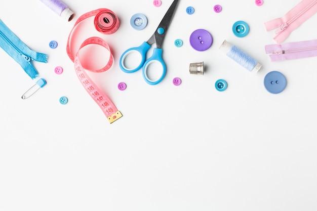 Mercerie accessoires colorés vue de dessus avec espace de copie