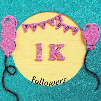 Merci 1000 abonnés avec des ballons et des drapeaux. concept grâce à des amis sur les réseaux sociaux.