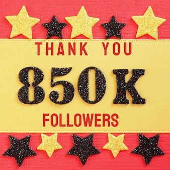 Merci 850k, 850000 adeptes. message avec chiffres brillants noirs sur rouge et or